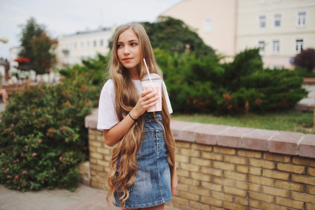 Chica joven limpiador facial eléctrico